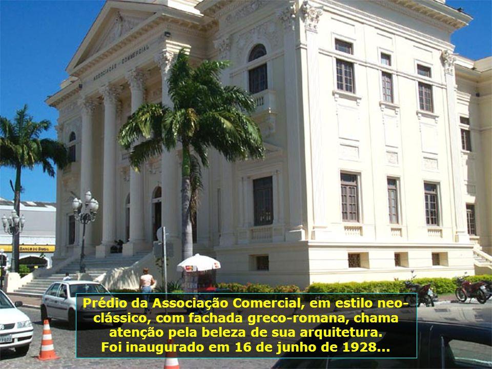 Em... O Palácio Floriano Peixoto, também conhecido como Palácio dos Martírios, foi inaugurado em 16 de setembro de 1902. O nome do palácio homenageia