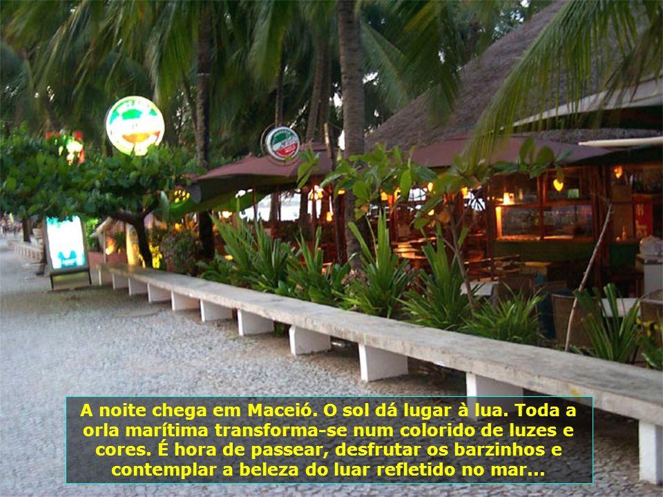 Em Maragogi, ao norte de Alagoas, a beleza das piscinas naturais, com águas transparentes, é algo indescritível. A areia branca, a água cristalina e o