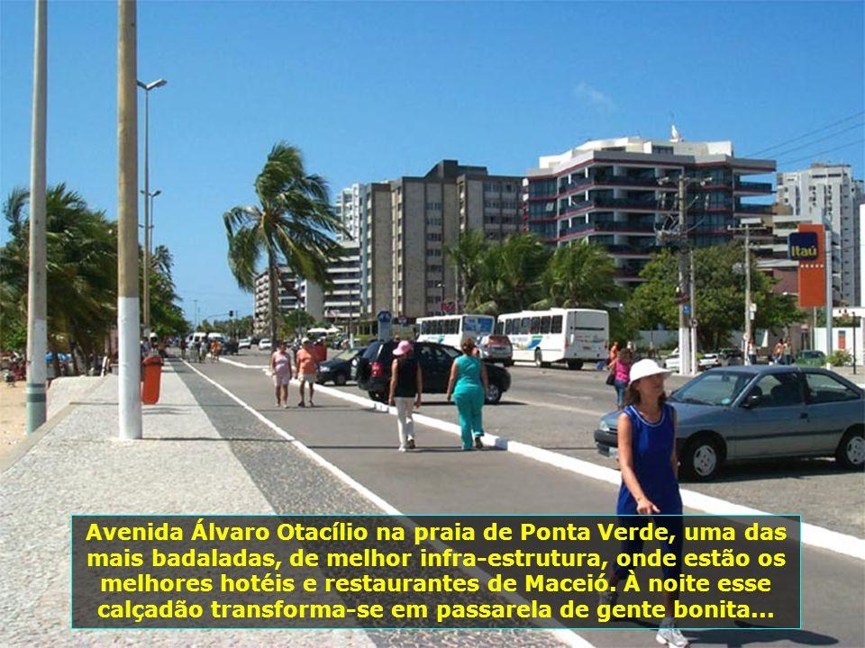Avenida Álvaro Otacílio na praia de Ponta Verde, uma das mais badaladas, de melhor infra-estrutura, onde estão os melhores hotéis e restaurantes de Maceió.
