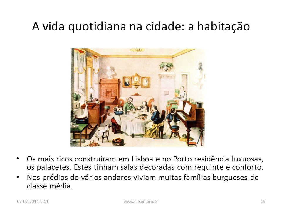 A vida quotidiana na cidade: a habitação Os mais ricos construíram em Lisboa e no Porto residência luxuosas, os palacetes. Estes tinham salas decorada