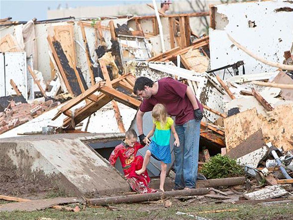 A tempestade de domingo causou danos a centenas de imóveis, e aproximadamente 7.000 clientes estavam sem energia em Oklahoma.