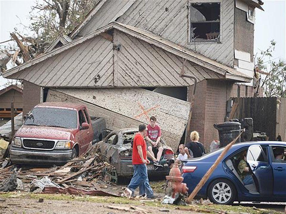 O tornado com ventos de até 320 km/h atingiu a localidade de Moore, nos arredores de Oklahoma City, nos Estados Unidos, deixando ao menos 120 mortos.