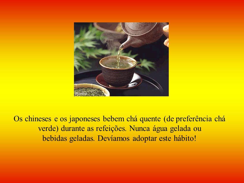 Os chineses e os japoneses bebem chá quente (de preferência chá verde) durante as refeições. Nunca água gelada ou bebidas geladas. Devíamos adoptar es