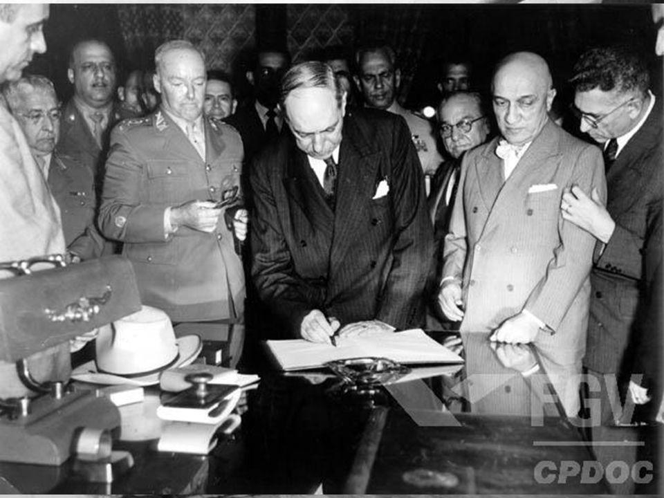 Golpe preventivo do General Lott  Golpe (contra-golpe) garante a posse de Juscelino e Jango – Conservadores não aceitam a vitória de JK em 1955 – Caf