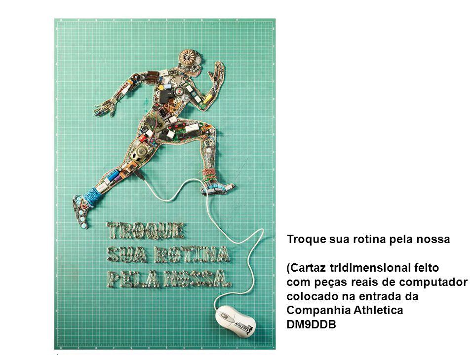 Troque sua rotina pela nossa (Cartaz tridimensional feito com peças reais de computador colocado na entrada da Companhia Athletica DM9DDB