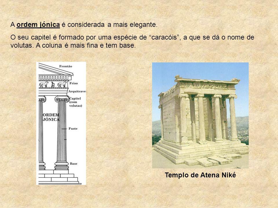 """A ordem jónica é considerada a mais elegante. O seu capitel é formado por uma espécie de """"caracóis"""", a que se dá o nome de volutas. A coluna é mais fi"""