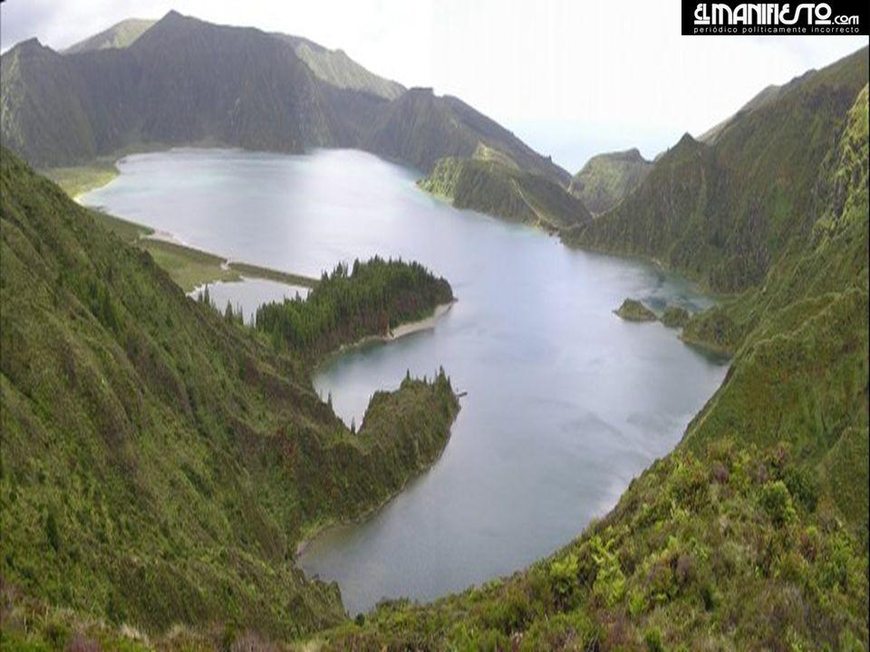 Lagoa do Fogo, fica localizada no centro da ilha de S. Miguel. Uma enorme cratera ladeada pelo mar de um profundo azul, esconde a longa e oval Lagoa d