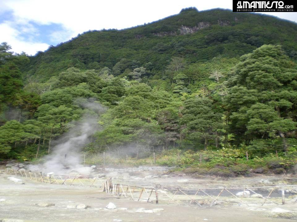 Caldeiras - Furnas Lagoa das Furnas – Caldeiras, água e lama a ferver com cheiro intenso a enxofre.