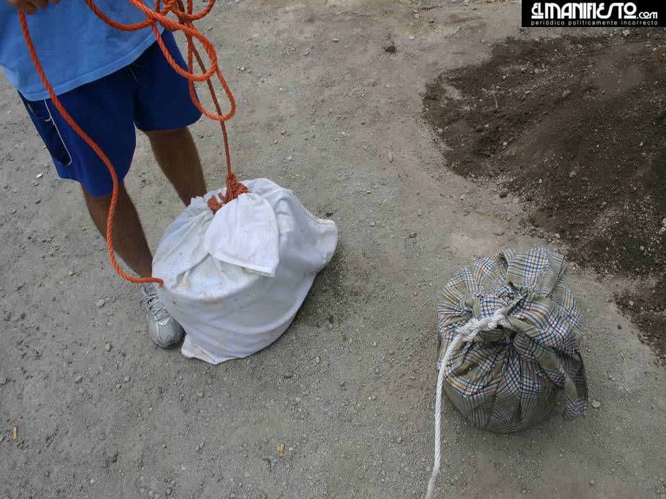 Em poços cavados no chão, alguns cimentados, enterra-se uma panela contendo os ingredientes (carne e legumes), espera-se uma noite inteira para a acti
