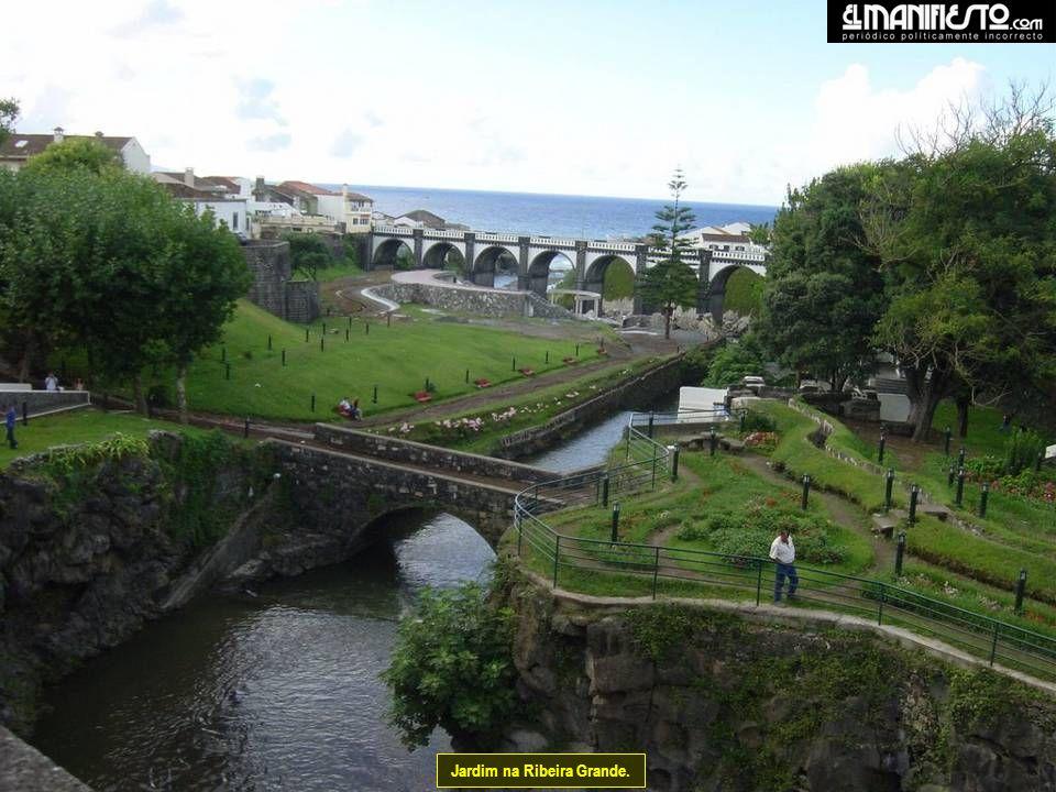 Fajã da Caloura, pertence ao concelho de Vila Franca do Campo. Ao fundo o Convento onde teve início a história do Santo Cristo.