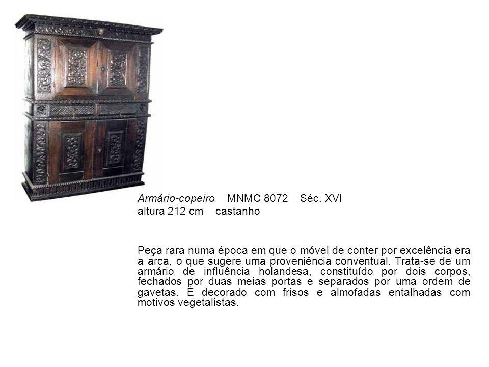 Brinco, par MNMC 2761; 2762 Séc.XVIII Prata e topázios altura 6,7 cm Par de brincos constituído por três corpos articulados de 41 topázios, com lapidações 'em brilhante', em forma de tesoura e lágrima.