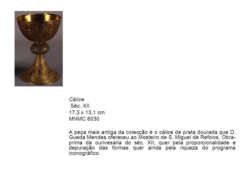 Pendente MNMC 3428 Séc.XVII inícios Ouro e cristal de rocha altura 4,8 cm Proveniente do Mosteiro de Santa Clara, o pendente, em forma de moldura triangular, é ornado de cristais de rocha e pérolas.