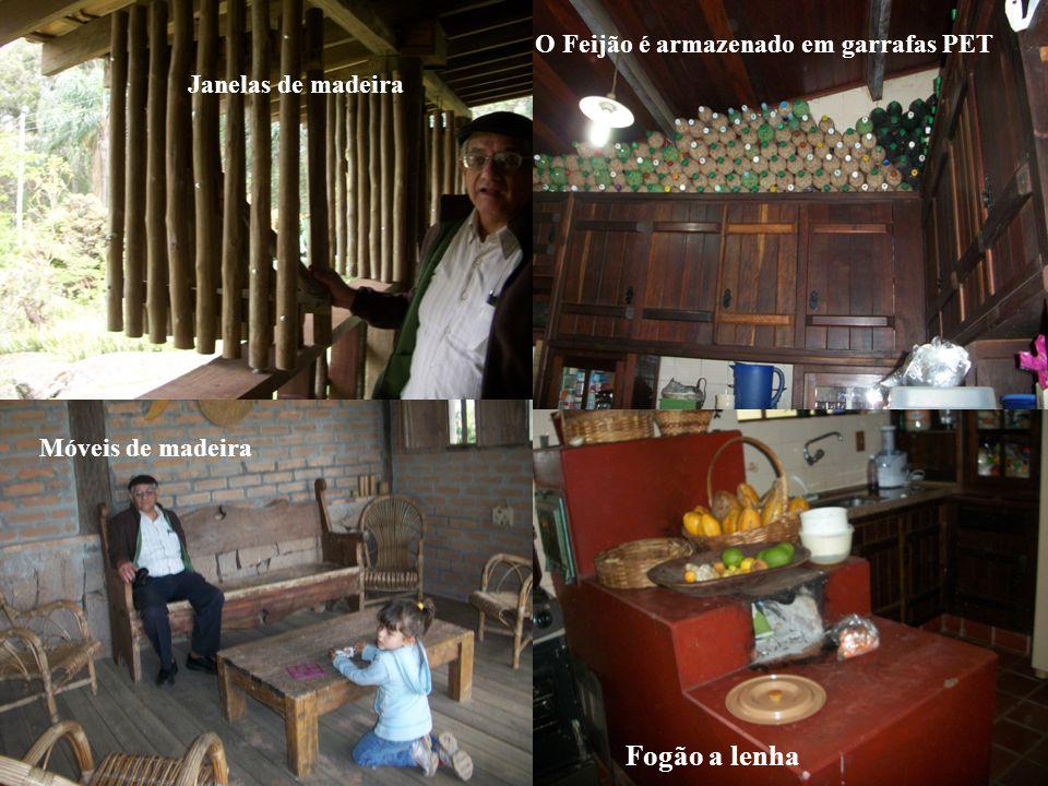 Farmers's house Fogão a lenha O Feijão é armazenado em garrafas PET Móveis de madeira Janelas de madeira