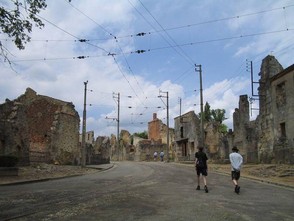 No começo da tarde, o vilarejo foi cercado e a população reunida na praça central, com o pretexto de verificação de identidades, não esquecendo as cri