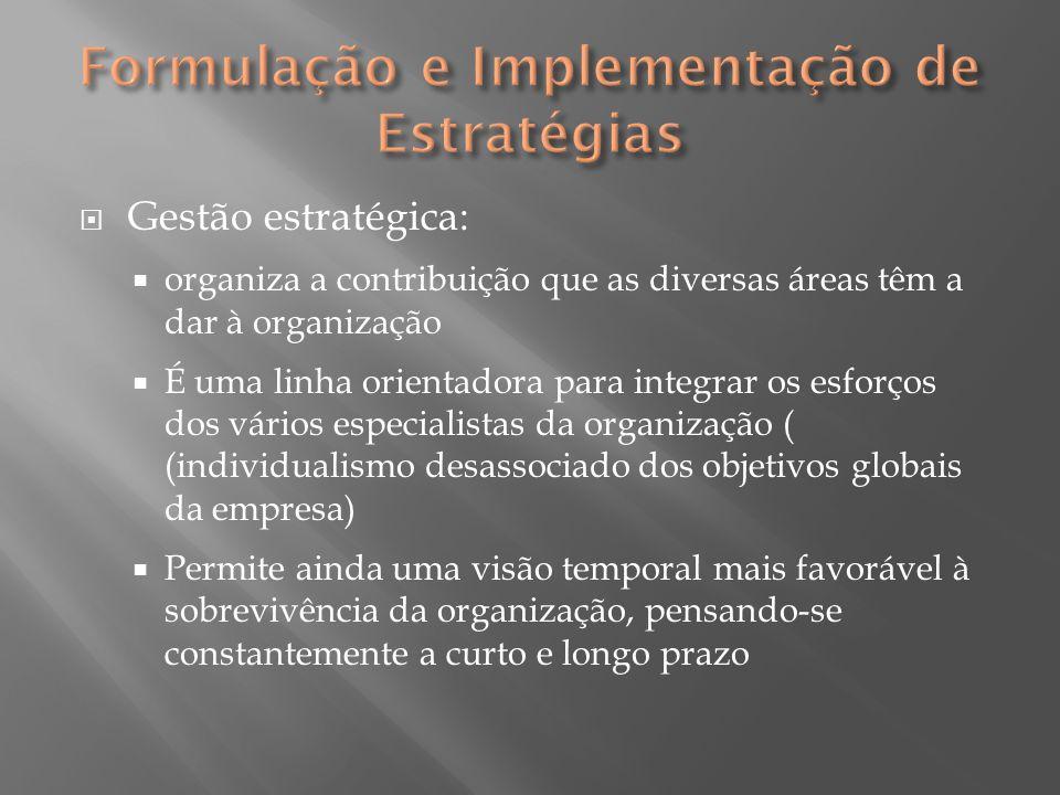  Implementação da estratégia  A implementação da estratégia é o processo de transformar as estratégias pretendidas em estratégias realizadas, e composta por: integração, estrutura organizacional, controle e liderança  São necessários alguns requisitos como delegação de responsabilidades, canais de comunicação, etc., que estabelecem a estrutura organizativa necessária à implementação