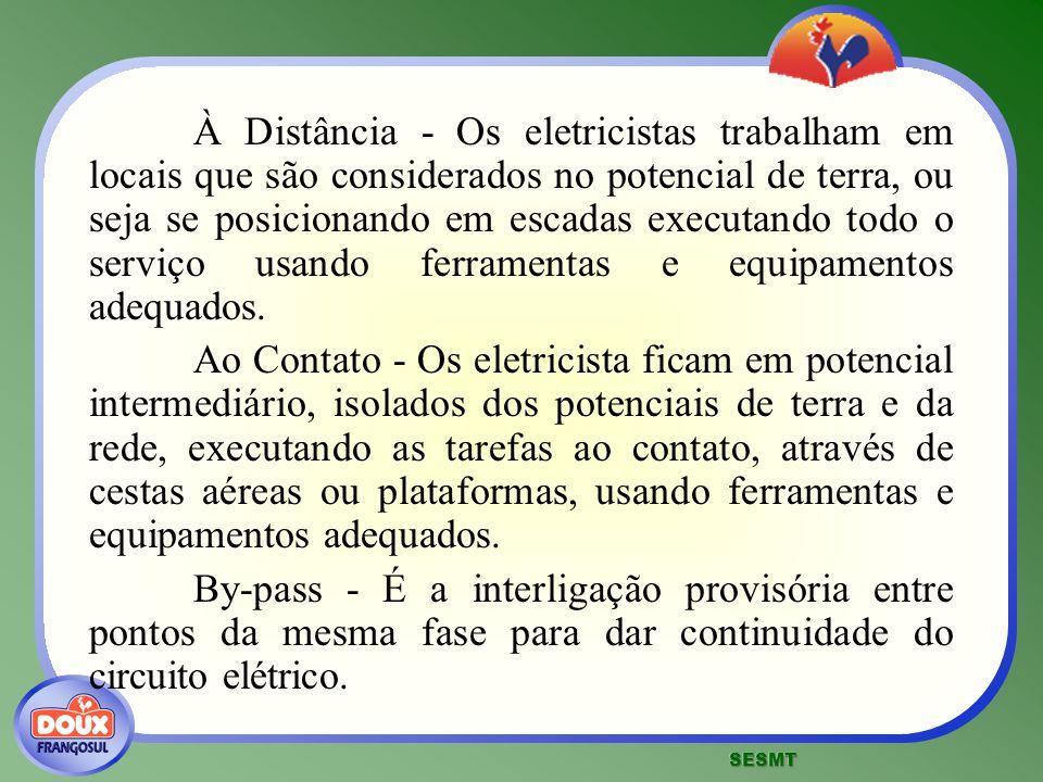 À Distância - Os eletricistas trabalham em locais que são considerados no potencial de terra, ou seja se posicionando em escadas executando todo o ser