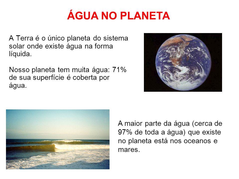 A água também está presente em rios e lagos, porém em menor quantidade que nos oceanos (água doce).