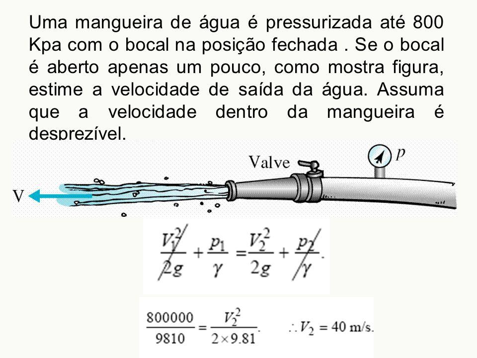 Uma mangueira de água é pressurizada até 800 Kpa com o bocal na posição fechada. Se o bocal é aberto apenas um pouco, como mostra figura, estime a vel
