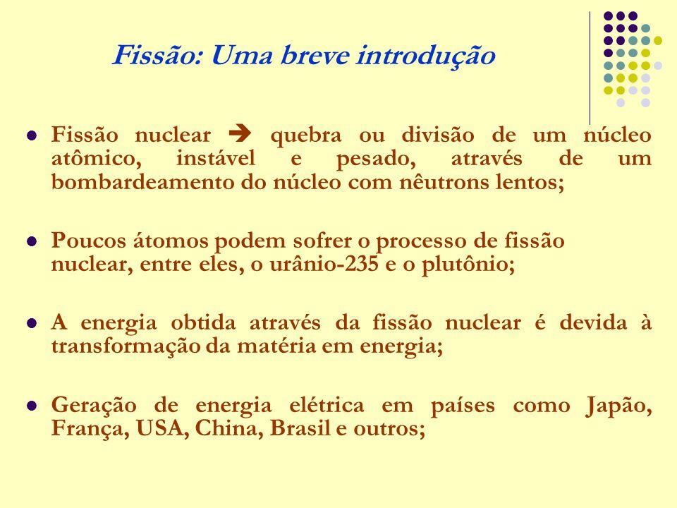 Fissão nuclear  quebra ou divisão de um núcleo atômico, instável e pesado, através de um bombardeamento do núcleo com nêutrons lentos; Poucos átomos