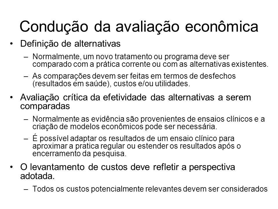Condução da avaliação econômica Definição de alternativas –Normalmente, um novo tratamento ou programa deve ser comparado com a prática corrente ou com as alternativas existentes.