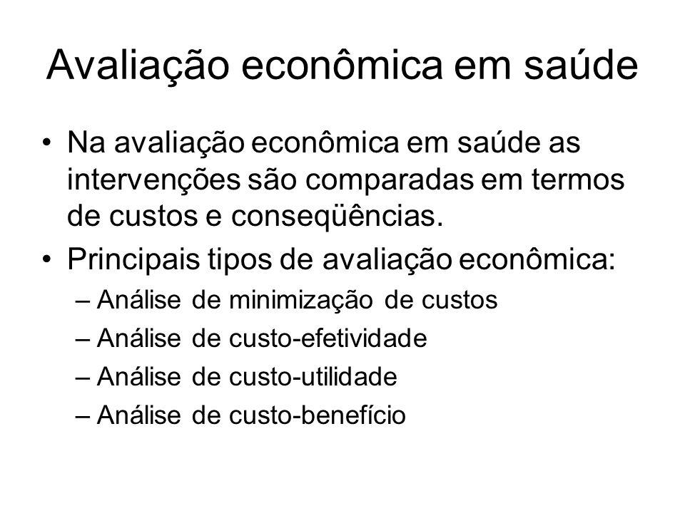 Avaliação econômica em saúde Na avaliação econômica em saúde as intervenções são comparadas em termos de custos e conseqüências.