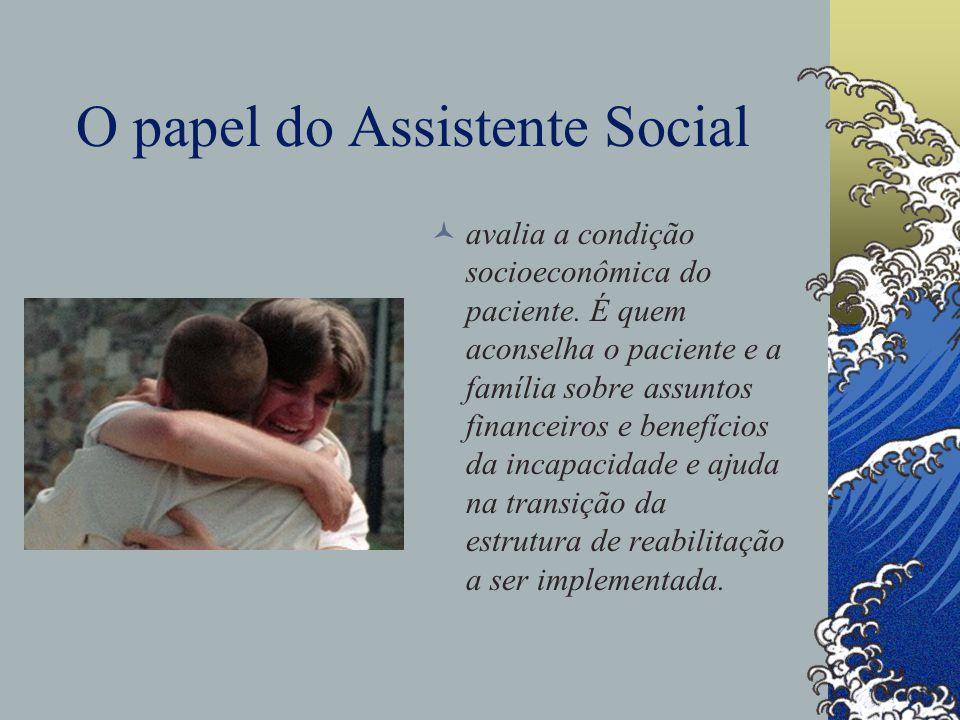 O papel do Assistente Social avalia a condição socioeconômica do paciente.