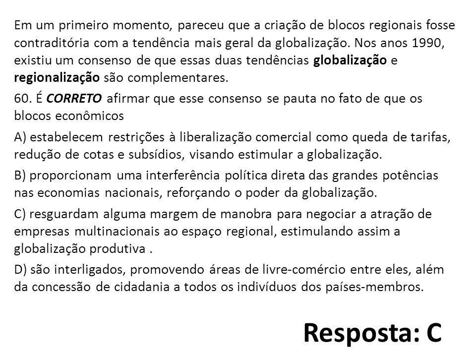 Resposta: C Em um primeiro momento, pareceu que a criação de blocos regionais fosse contraditória com a tendência mais geral da globalização.