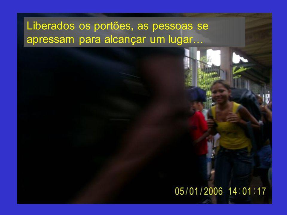 CELEBRE! CADA NOVO DIA A cada estação, centenas de pessoas aguardam a chegada do trem… O trem parte de São Luis às 8h e serão várias estações até cheg