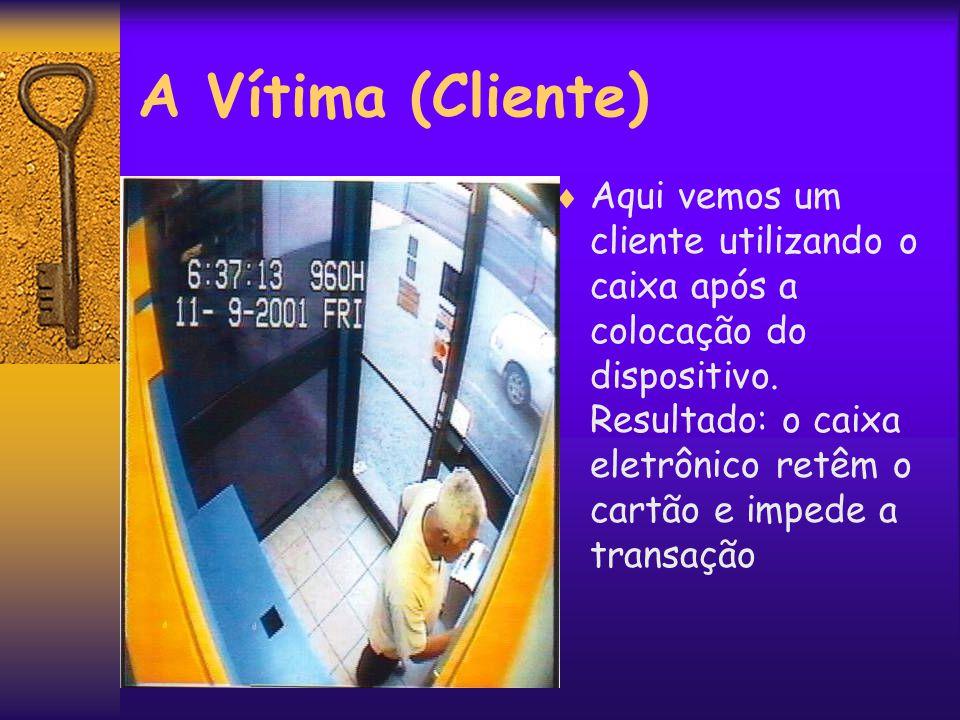 Recuperando o Dispositivo  Com a saída do cliente, o fraudador desprende as pontas do dispositivo e retira o cartão da vítima.