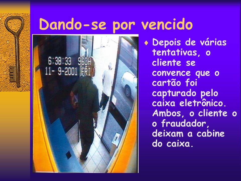 Apropriação do Cartão  Convencido que o cliente foi embora, o fraudador regressa para sacar o cartão capturado no dispositivo.