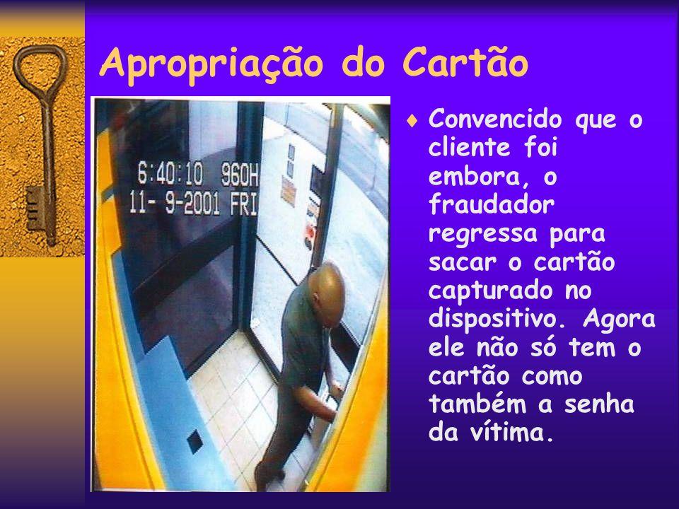 O Prejuízo  Na posse do cartão e da senha da vítima, o fraudador saca o dinheiro do caixa eletrônico.