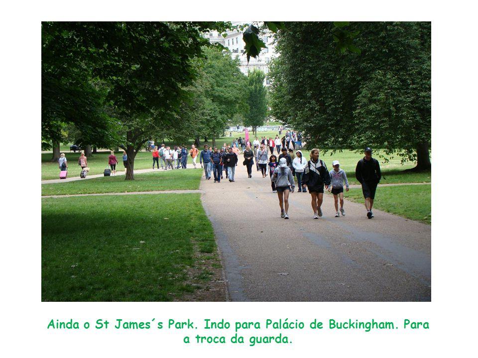 Ainda o St James´s Park. Indo para Palácio de Buckingham. Para a troca da guarda.