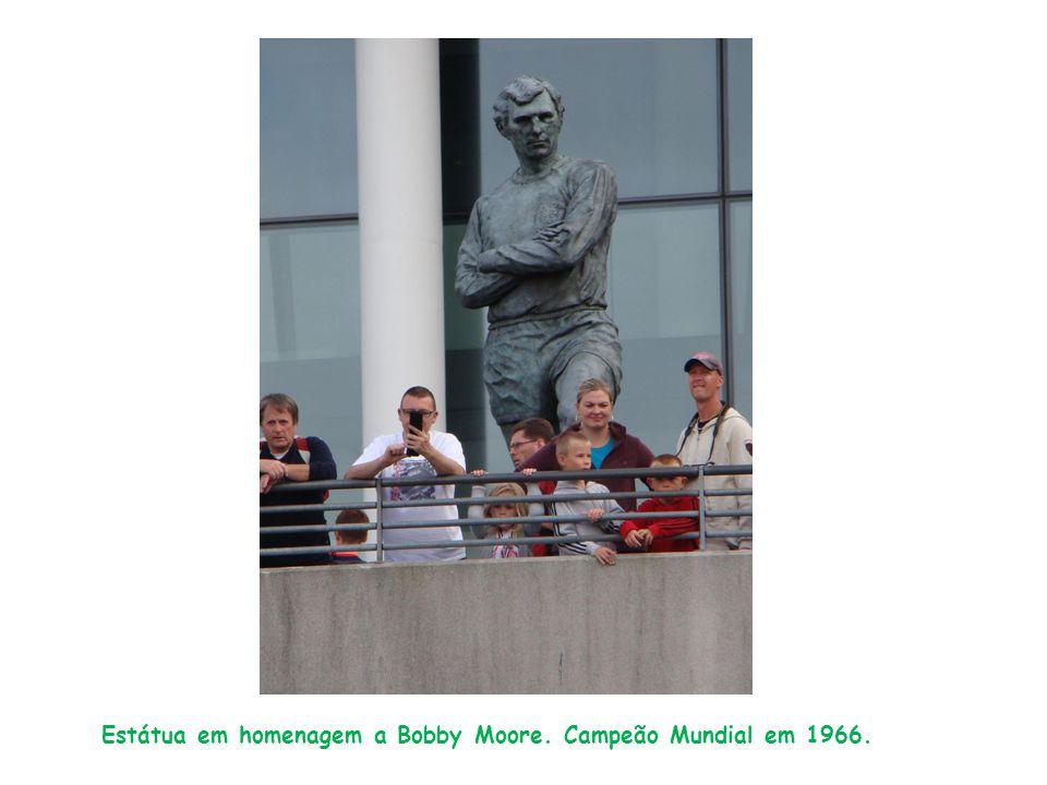 Estátua em homenagem a Bobby Moore. Campeão Mundial em 1966.