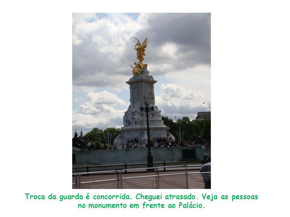 Troca da guarda é concorrida. Cheguei atrasado. Veja as pessoas no monumento em frente ao Palácio.