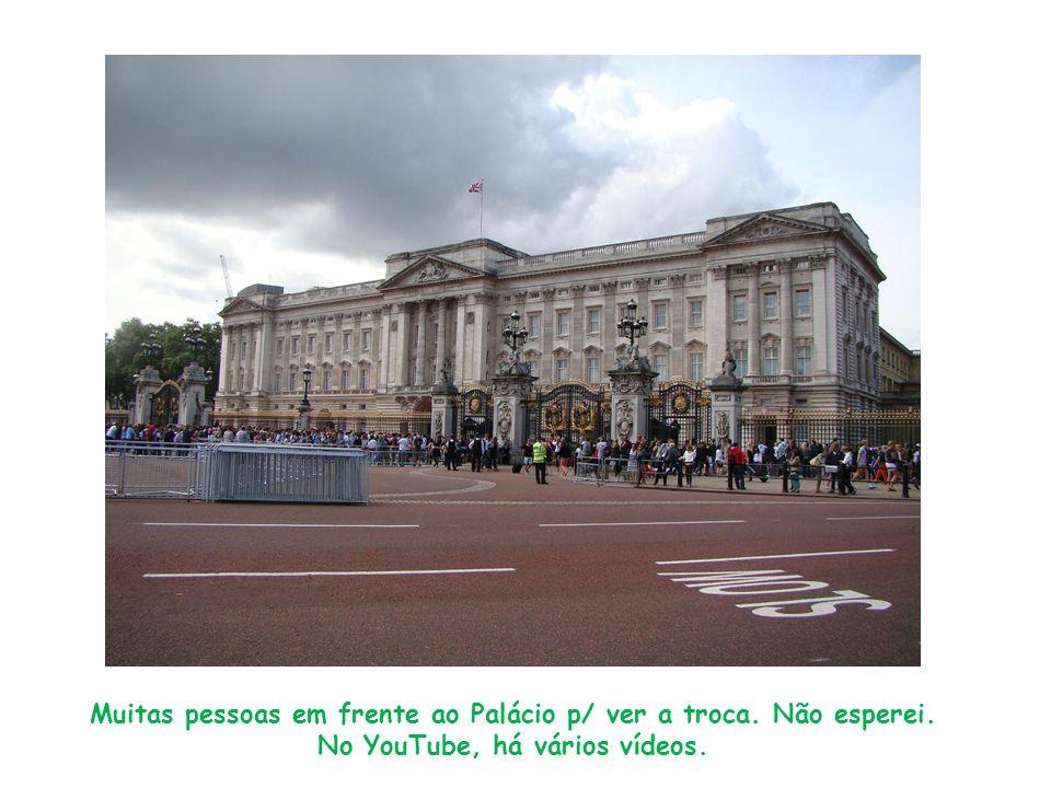 Muitas pessoas em frente ao Palácio p/ ver a troca. Não esperei. No YouTube, há vários vídeos.