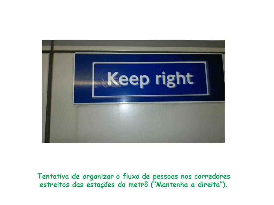 """Tentativa de organizar o fluxo de pessoas nos corredores estreitos das estações do metrô (""""Mantenha a direita"""")."""