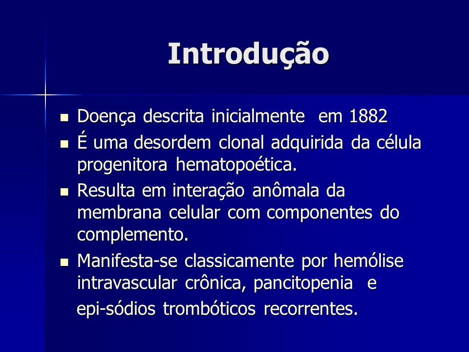 Introdução Doença descrita inicialmente em 1882 Doença descrita inicialmente em 1882 É uma desordem clonal adquirida da célula progenitora hematopoética.