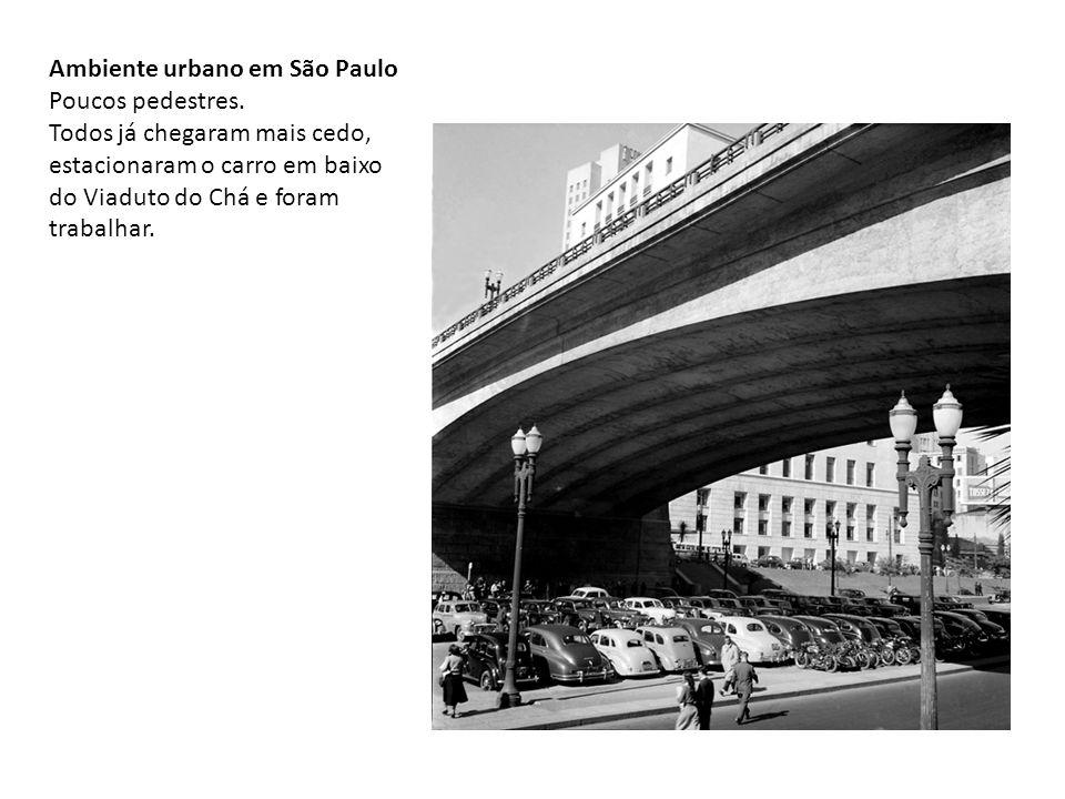 Ambiente urbano em São Paulo Poucos pedestres. Todos já chegaram mais cedo, estacionaram o carro em baixo do Viaduto do Chá e foram trabalhar.