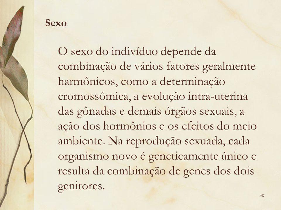 O sexo do indivíduo depende da combinação de vários fatores geralmente harmônicos, como a determinação cromossômica, a evolução intra-uterina das gônadas e demais órgãos sexuais, a ação dos hormônios e os efeitos do meio ambiente.