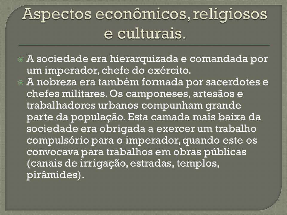  A sociedade era hierarquizada e comandada por um imperador, chefe do exército.  A nobreza era também formada por sacerdotes e chefes militares. Os