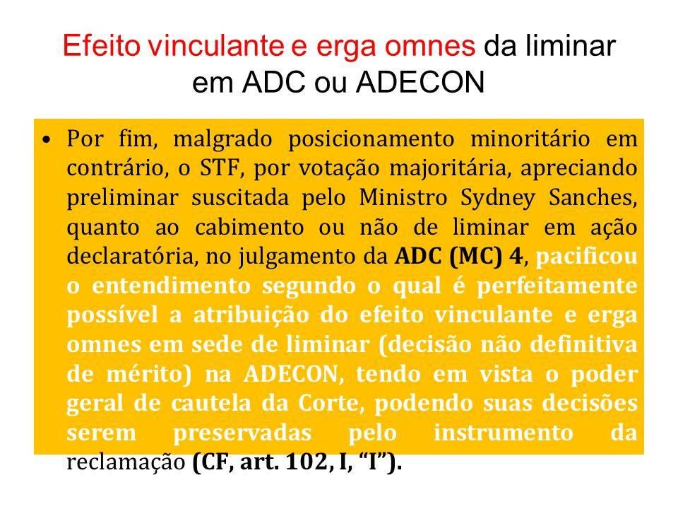 Efeito vinculante e erga omnes da liminar em ADC ou ADECON Por fim, malgrado posicionamento minoritário em contrário, o STF, por votação majoritária,