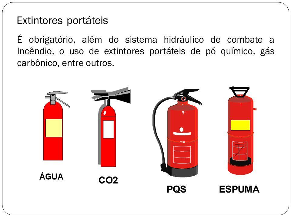 Extintores portáteis É obrigatório, além do sistema hidráulico de combate a Incêndio, o uso de extintores portáteis de pó químico, gás carbônico, entr