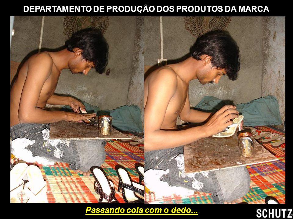 DEPARTAMENTO DE PRODUÇÃO DOS PRODUTOS DA MARCA Passando cola com o dedo...