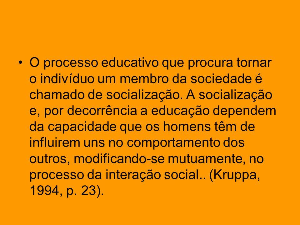 O processo educativo que procura tornar o indivíduo um membro da sociedade é chamado de socialização. A socialização e, por decorrência a educação dep