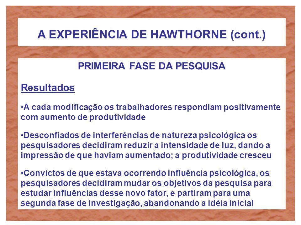 A EXPERIÊNCIA DE HAWTHORNE (cont.) PRIMEIRA FASE DA PESQUISA Objetivo Identificar de que forma fatores ambientais influenciavam a produtividade do tra