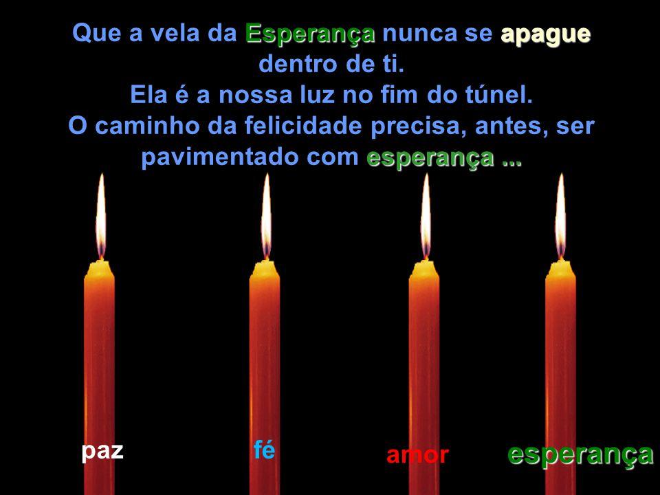 Então a criança pegou a vela da Esperança Esperança e acendeu novamente as que estavam apagadas.