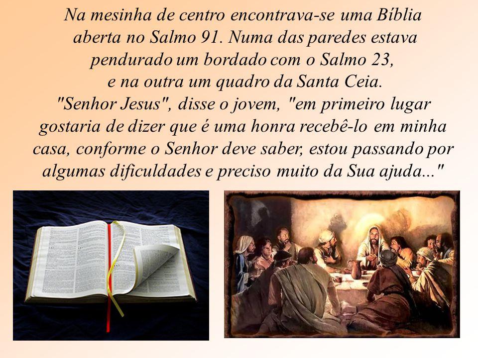Na mesinha de centro encontrava-se uma Bíblia aberta no Salmo 91.