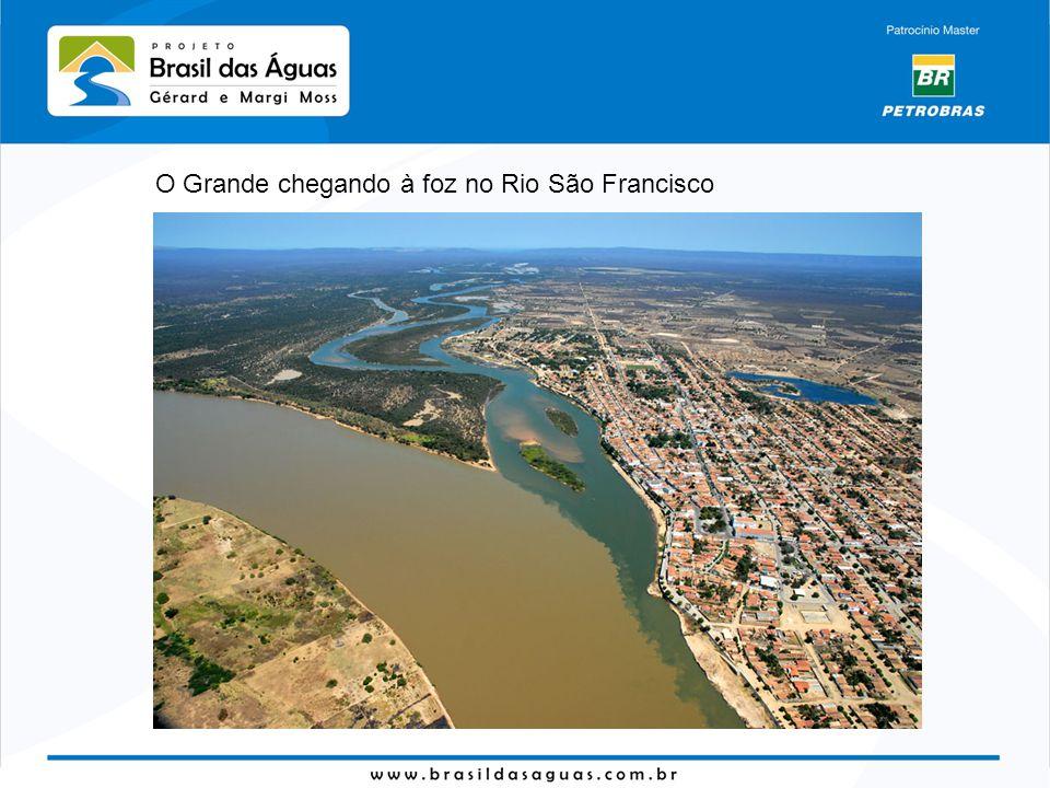 O Grande chegando à foz no Rio São Francisco