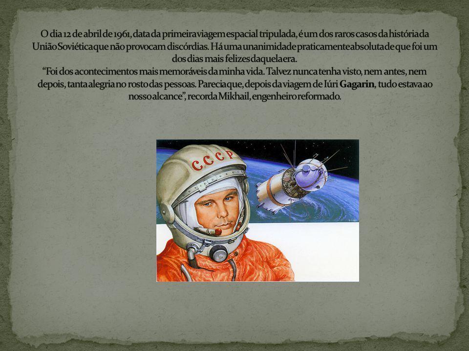 Em 1957, os soviéticos colocaram em órbita da Terra o primeiro satélite construído pelo homem, o Sputnik-1. Em 1957, os soviéticos.