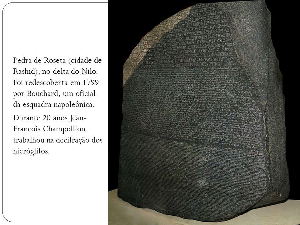 Pedra de Roseta (cidade de Rashid), no delta do Nilo. Foi redescoberta em 1799 por Bouchard, um oficial da esquadra napoleônica. Durante 20 anos Jean-